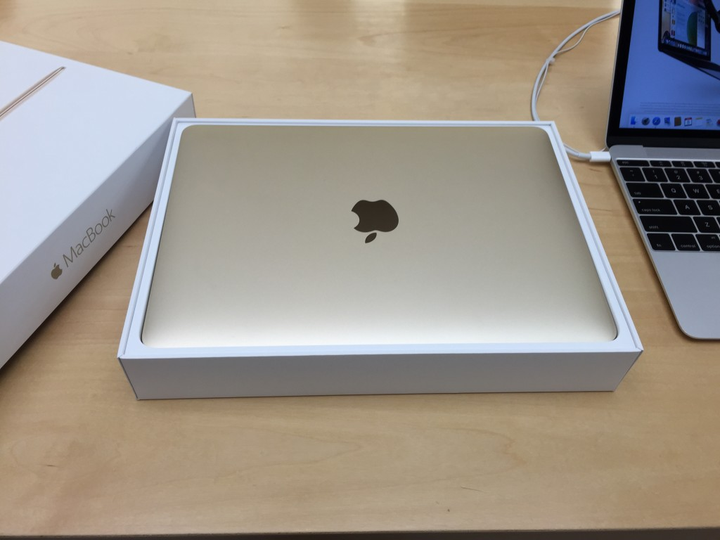 Apple MacBook Type C at Apple Store Westfield Valley Fair Mail Santa Clara California unboxing-half