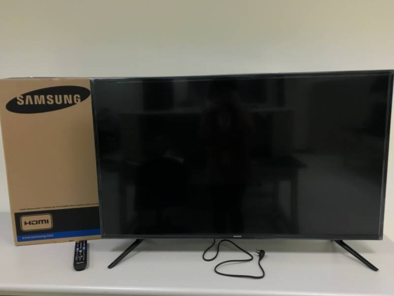 samsung tv power cord. the box contains tv itself, a power cord, and remote controller. samsung tv cord s